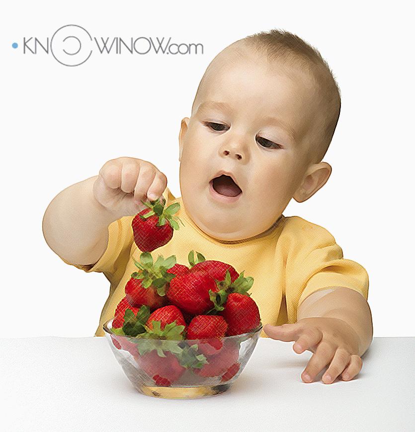 Ребенок тянется к фруктам | knowinow.com